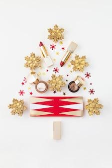 Árvore de natal feita de produtos de maquiagem
