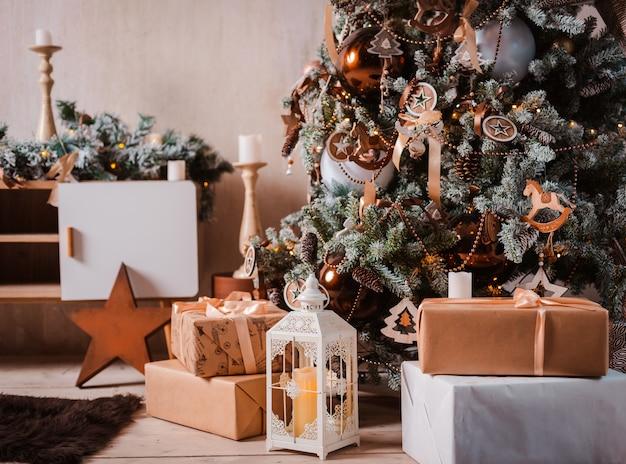 Árvore de natal festivamente decorada. plano de fundo para feliz ano novo 2020. espaço livre para texto.
