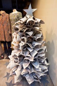 Árvore de natal incomum feita de jornais em uma loja fachion em bilbao, espanha, em 6 de janeiro de 2013