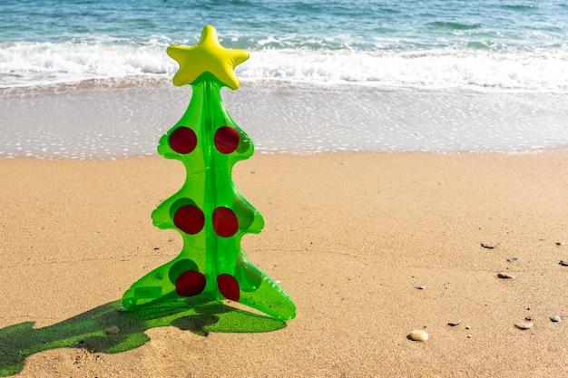 Árvore de natal inflável na praia