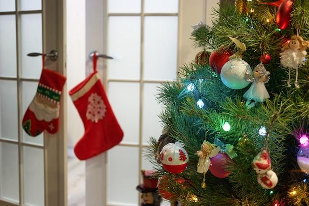 Árvore de natal lindamente decorada. decoração de interiores de natal ou ano novo. quarto de férias de inverno.
