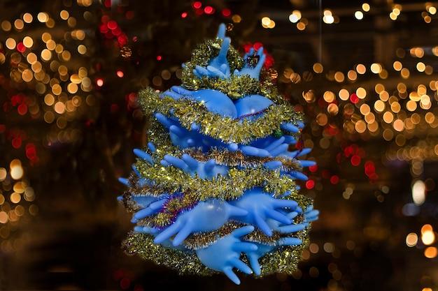 Árvore de natal médica feita de luvas médicas azuis em quarentena e autoisolação devido a covid 19