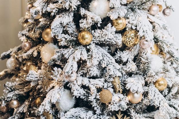 Árvore de natal moderna decorada. conceito de natal e ano novo