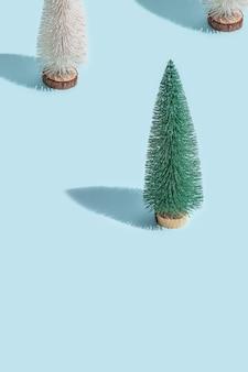 Árvore de natal na composição azul do ano novo