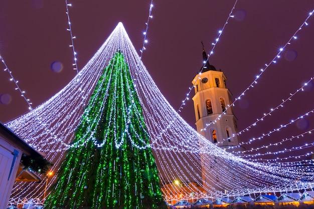 Árvore de natal na praça da catedral e no campanário da catedral, vilnius, lituânia, estados bálticos