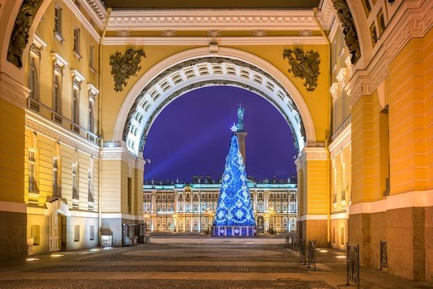 Árvore de natal na praça do palácio em são petersburgo