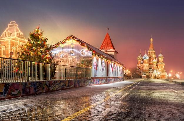 Árvore de natal na praça vermelha e na catedral de são basílio em moscou no início da manhã de inverno