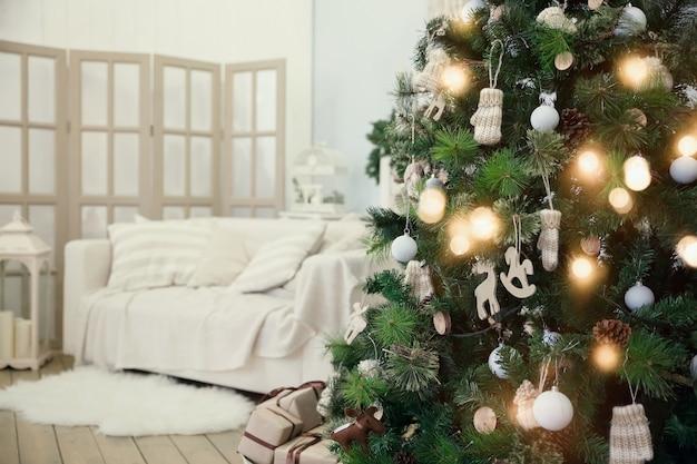Árvore de natal na sala de estar