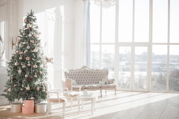 Árvore de natal na sala interior com janela grande