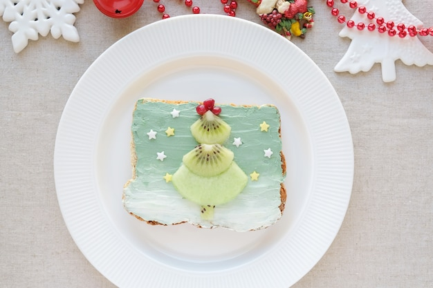 Árvore de natal na sereia spirulina azul creamcheese torrada café da manhã, divertido arte de comida para criança