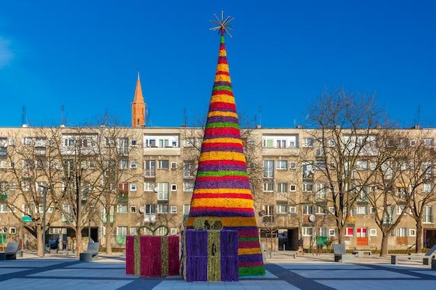 Árvore de natal na usual área residencial moderna em wroclaw