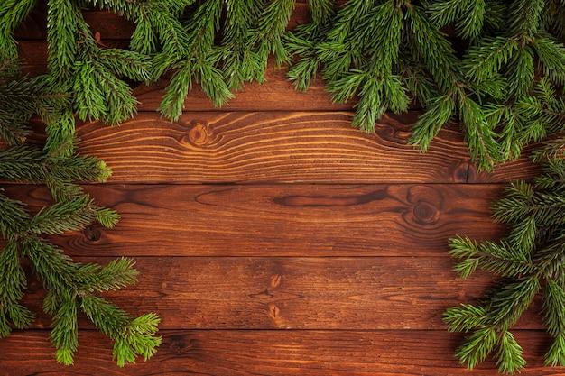 Árvore de natal no fundo de madeira