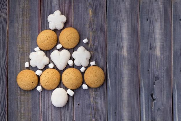 Árvore de natal ou ano novo feita de biscoitos e marshmallows,