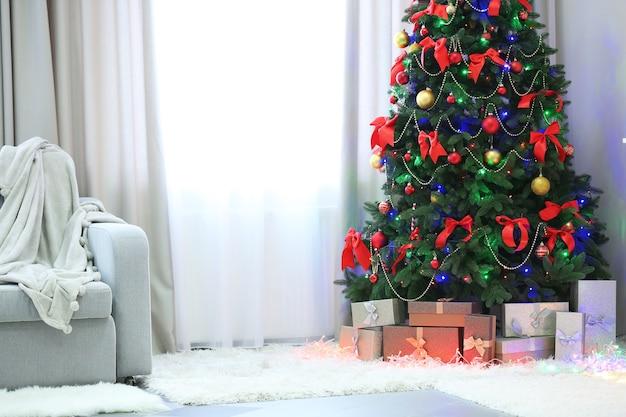 Árvore de natal perfeita com presentes embaixo da sala de estar