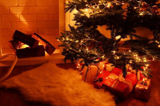 Árvore de natal perto da lareira na sala