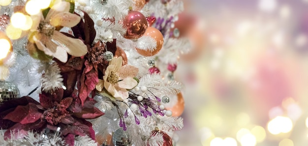Árvore de natal sempre-viva com decorações de natal e luzes com espaço de cópia no banner de fundo bokeh brilhante mágico