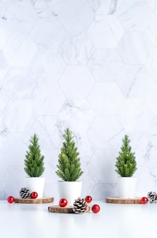 Árvore de natal três com pinha e decoração bola de natal na mesa branca e parede de azulejos de mármore