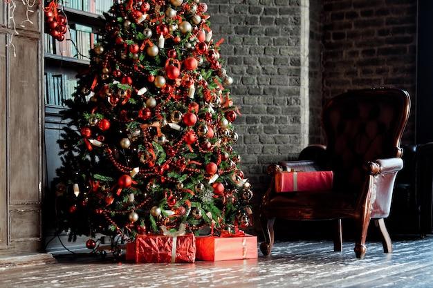 Árvore de natal verde clássica na sala com livros. interior de natal