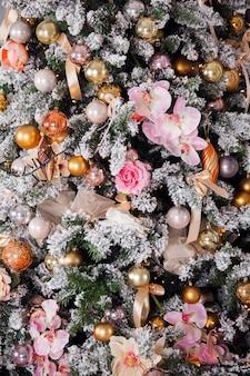 Árvore de natal verde decorada com brinquedos, bolas e flores. fundo de natal