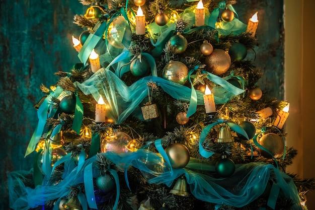 Árvore de natal verde decorada com brinquedos e bolas. fundo de natal com parede de gesso grunge