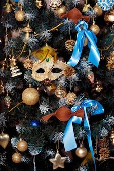 Árvore de natal verde decorada com brinquedos e bolas. fundo de natal