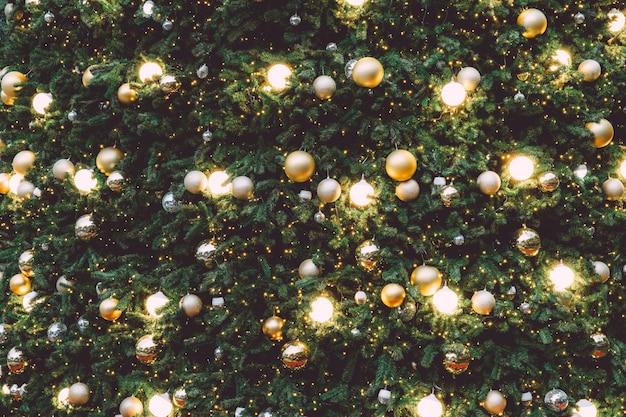Árvore de natal vintage com enfeite de bola de ouro e luz