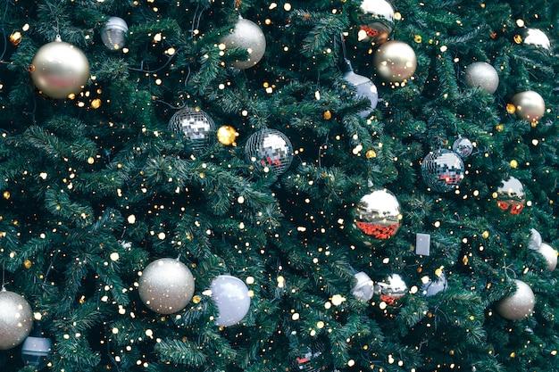 Árvore de natal vintage com ornamento de bola de ouro e decoração, brilho de luz. fundo de férias de natal e ano novo. tom de cor vintage.