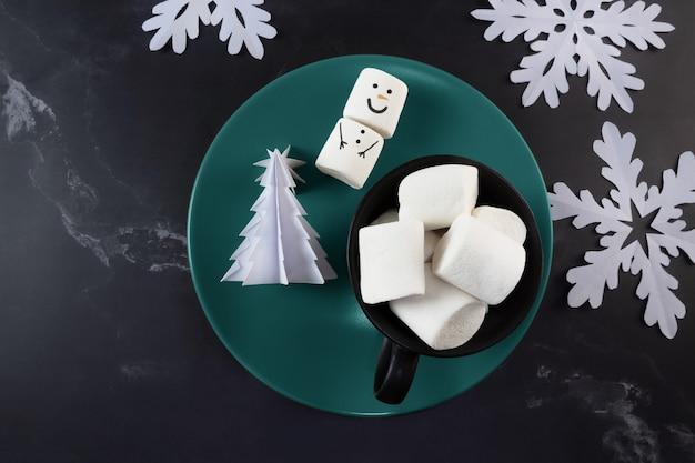 Árvore de origami de flocos de neve de boneco de neve de natal e marshmallows na xícara