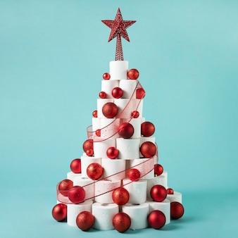 Árvore de papel higiênico de natal com bolas de natal e enfeites