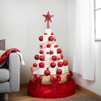 Árvore de papel higiênico de natal dentro de casa