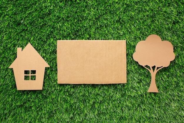 Árvore e casa ecológica em miniatura