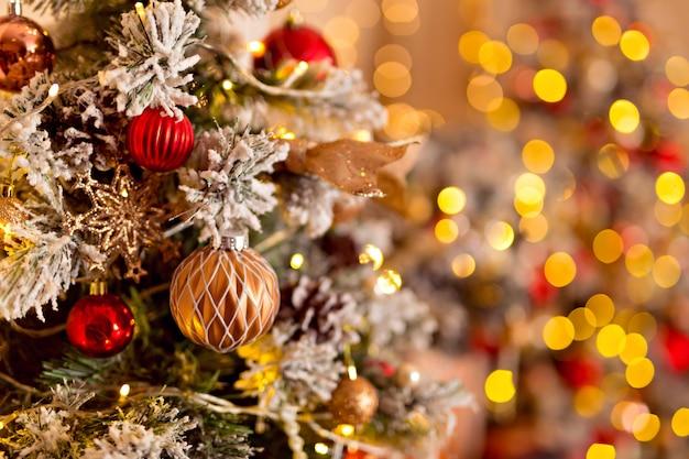 Árvore luminosa mágica com foco suave de brinquedos de ano novo