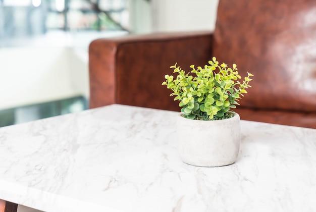 Árvore na decoração do pote na mesa na sala de estar
