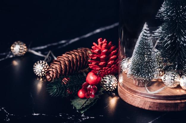 Árvore natal, e, glowing, luz, cadeia, e, pinha, cone, e, visco, decoração
