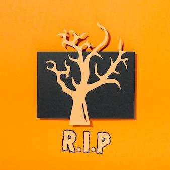 Árvore no pedaço de papel preto com inscrição de ri p abaixo