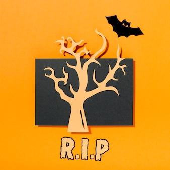 Árvore no pedaço de papel preto com inscrição de ri p e morcego