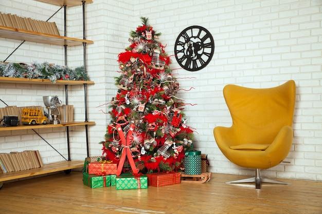 Árvore verde clássica decorada com brinquedos de natal. fundo interior do feliz natal.