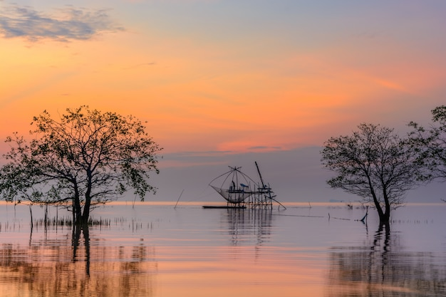 Árvores de mangue no lago com rede de mergulho quadrado no nascer do sol na aldeia de pakpra, phatthalung, tailândia