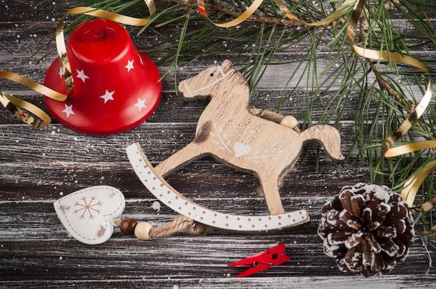 Árvores de natal, cavalo e decoração em estilo escandinavo