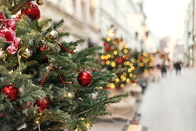 Árvores de natal decoradas com bolas e guirlandas nas ruas da cidade