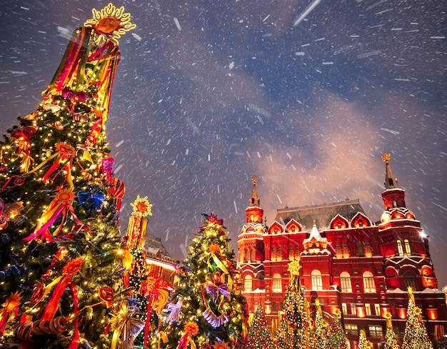 Árvores de natal decoradas em honra da semana do entrudo em moscou perto do quadrado vermelho. cenário bonito do feriado com as árvores de natal das decorações do feriado.