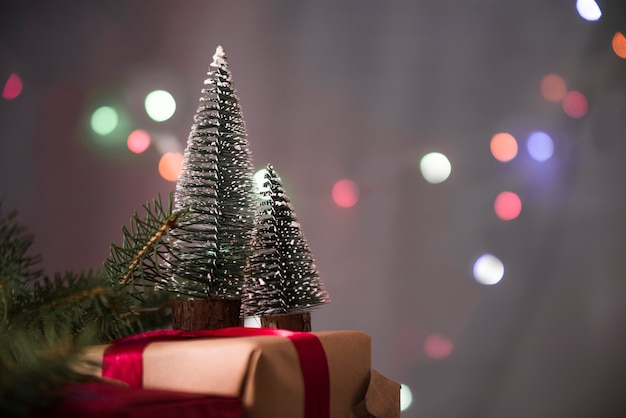 Árvores de natal decorativas na caixa de presente