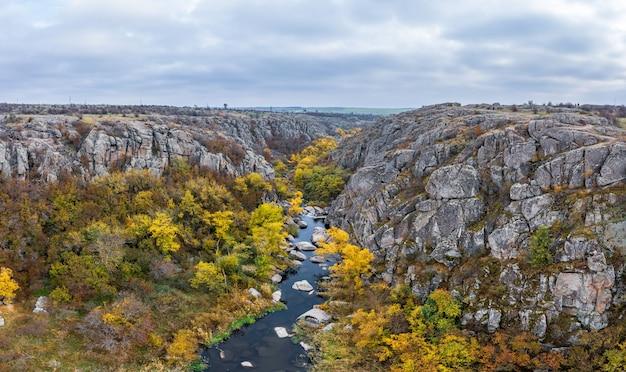 Árvores de outono e grandes blocos de pedra ao redor