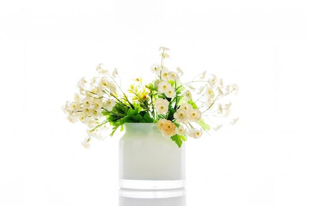 Árvores, flores em vasos no fundo branco