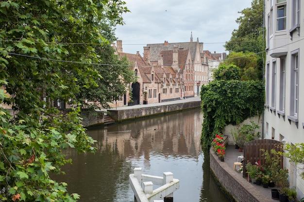 Árvores impressionantes e casas antigas perto do canal
