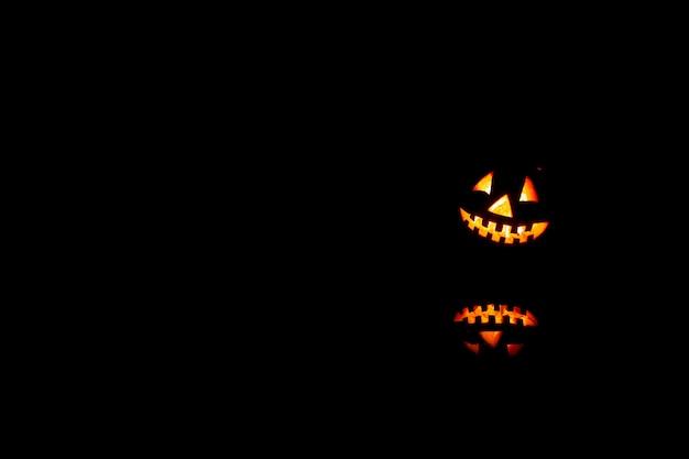 As abóboras de halloween sorriem e olhos assustadores para a noite do partido.