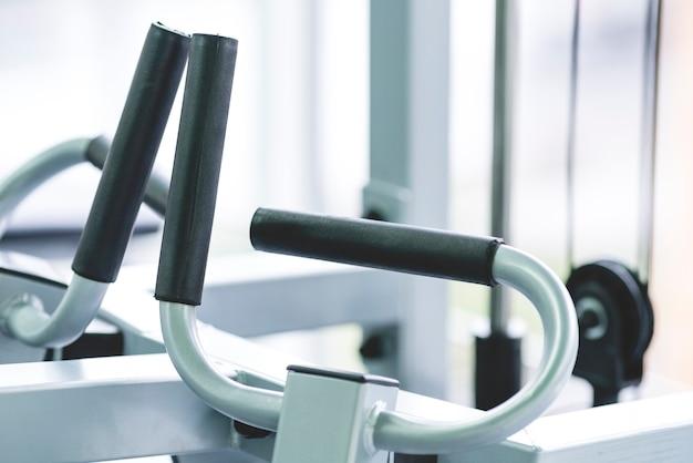 As alças de um aparelho de treinamento no centro esportivo