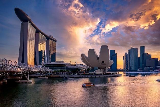 As areias da baía da helix bridge marina e o museu de artes cênicas com o centro de singapura ao fundo