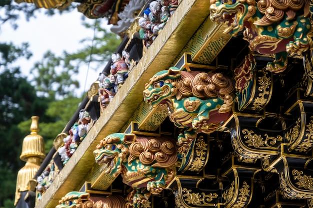 As artes da porta de yomeimon no templo toshogu shrinea. um dos portões mais bonitos do japão. patrimônio mundial da unesco, nikko, japão.