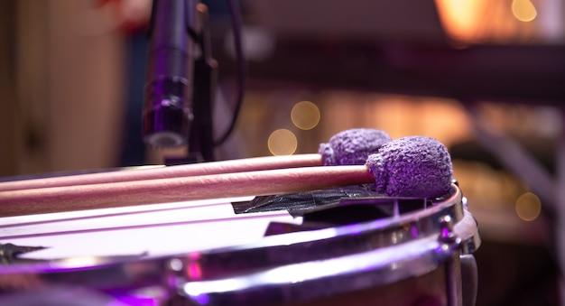 As baquetas estão no tambor. batedores para tímpanos. linda parede colorida.